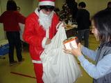 子供たちにはサンタさんから手渡しでプレゼント!